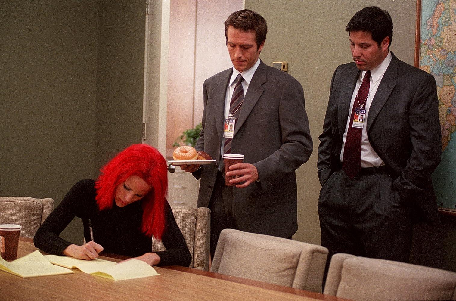 Jennifer Garner, Greg Grunberg, and Michael Vartan in Alias (2001)