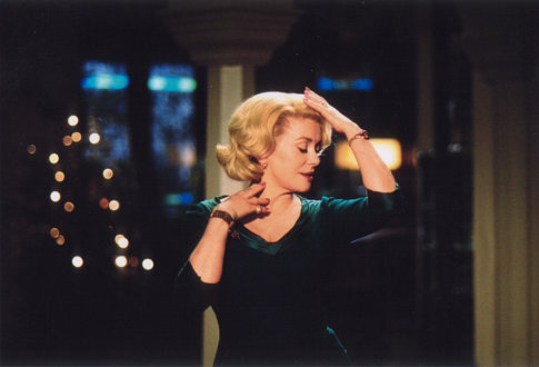 Catherine Deneuve in 8 femmes (2002)
