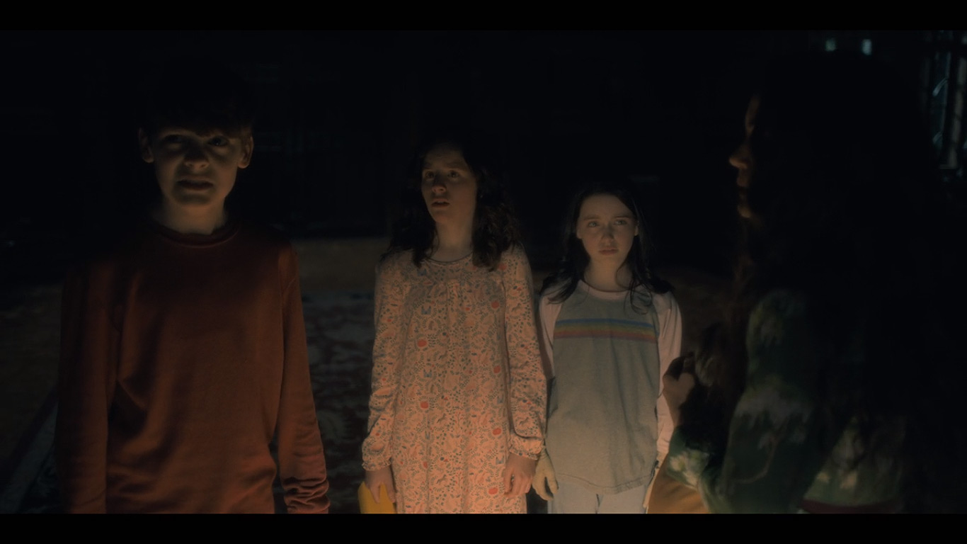 Carla Gugino, Mckenna Grace, Lulu Wilson, and Paxton Singleton in The Haunting of Hill House (2018)