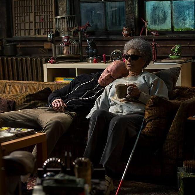 Ryan Reynolds and Leslie Uggams in Deadpool (2016)