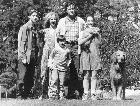 Robert Hays, Kim Greist, Kevin Chevalia, Veronica Lauren, Benj Thall, and Ralph Waite in Homeward Bound II: Lost in San Francisco (1996)