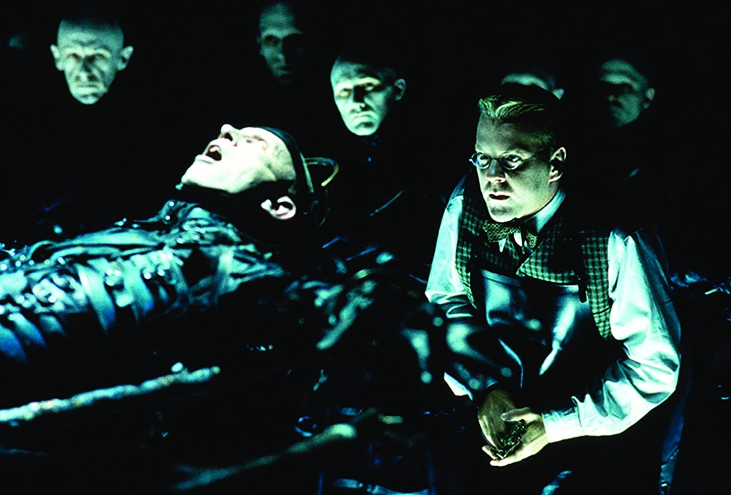 Kiefer Sutherland and Richard O'Brien in Dark City (1998)