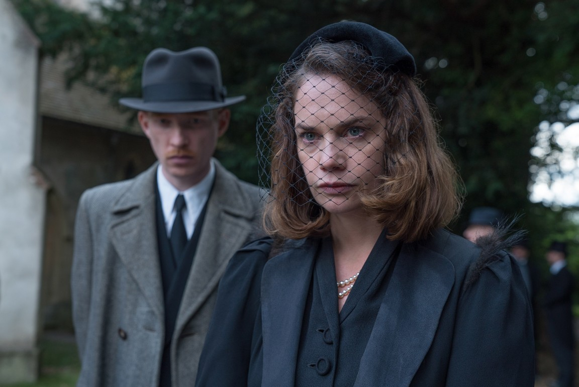 Domhnall Gleeson and Ruth Wilson in The Little Stranger (2018)