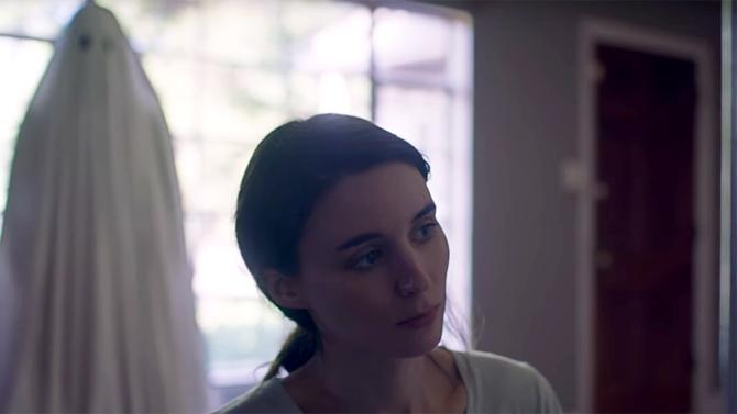 Casey Affleck and Rooney Mara in A Ghost Story (2017)