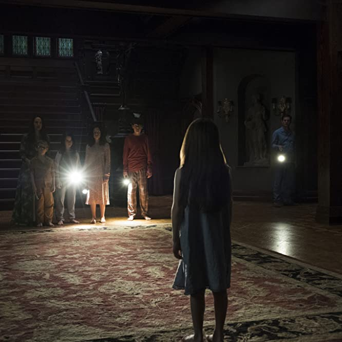 Carla Gugino, Henry Thomas, Mckenna Grace, Lulu Wilson, Julian Hilliard, Paxton Singleton, and Violet McGraw in The Haunting of Hill House (2018)