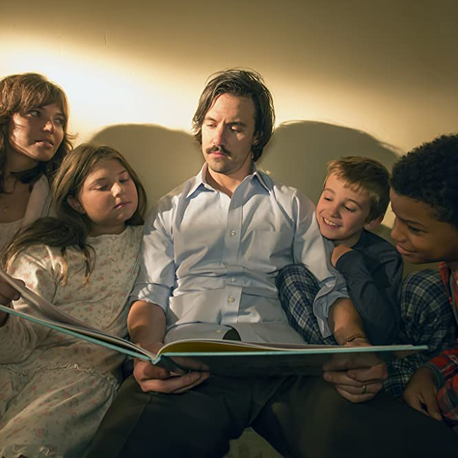 Mandy Moore, Milo Ventimiglia, Lonnie Chavis, Parker Bates, and Mackenzie Hancsicsak in This Is Us (2016)