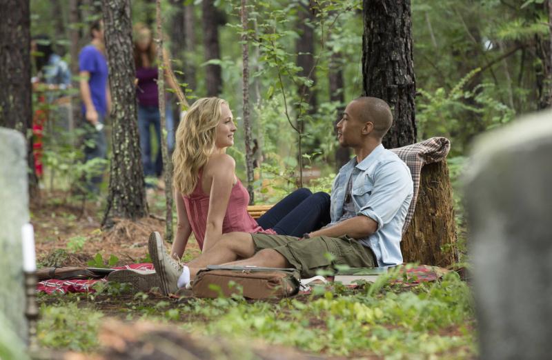 Candice King dan Kendrick Sampson dalam The Vampire Diaries (2009)