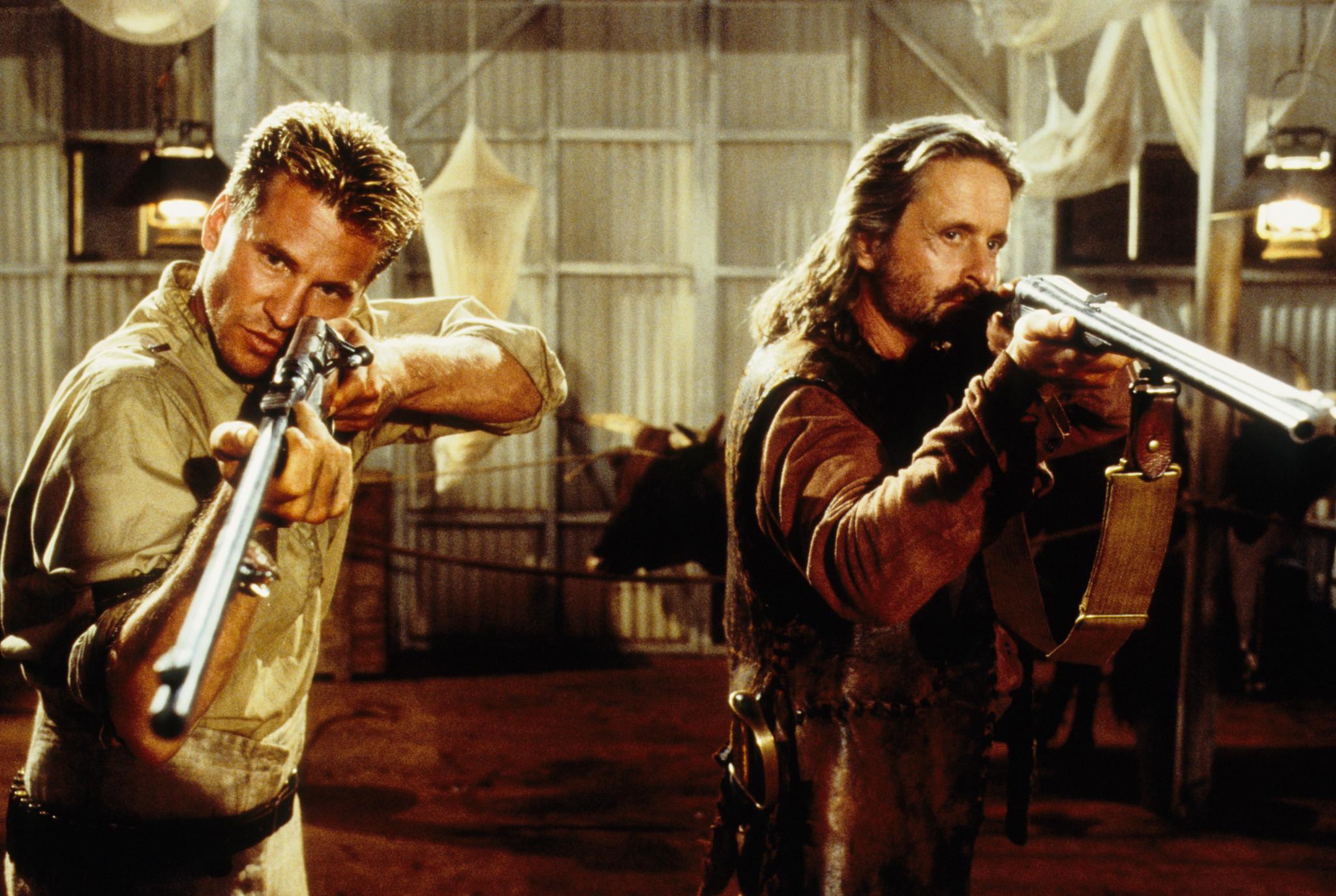 Michael Douglas dan Val Kimer dalam film The Ghost and The Darkness.