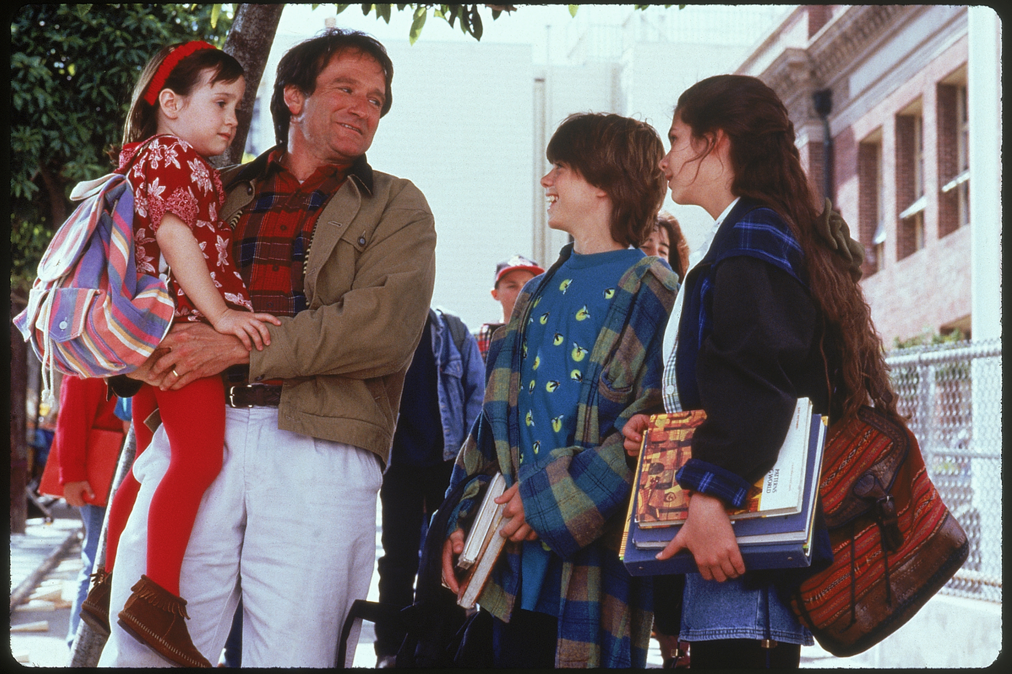 Robin Williams, Lisa Jakub, Matthew Lawrence, and Mara Wilson in Mrs. Doubtfire (1993)