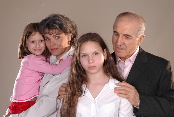 Gheorghe Dinica, Maia Morgenstern, Andrea Ivett Eröss, and Laura Cecília Eröss in Gala (2007)