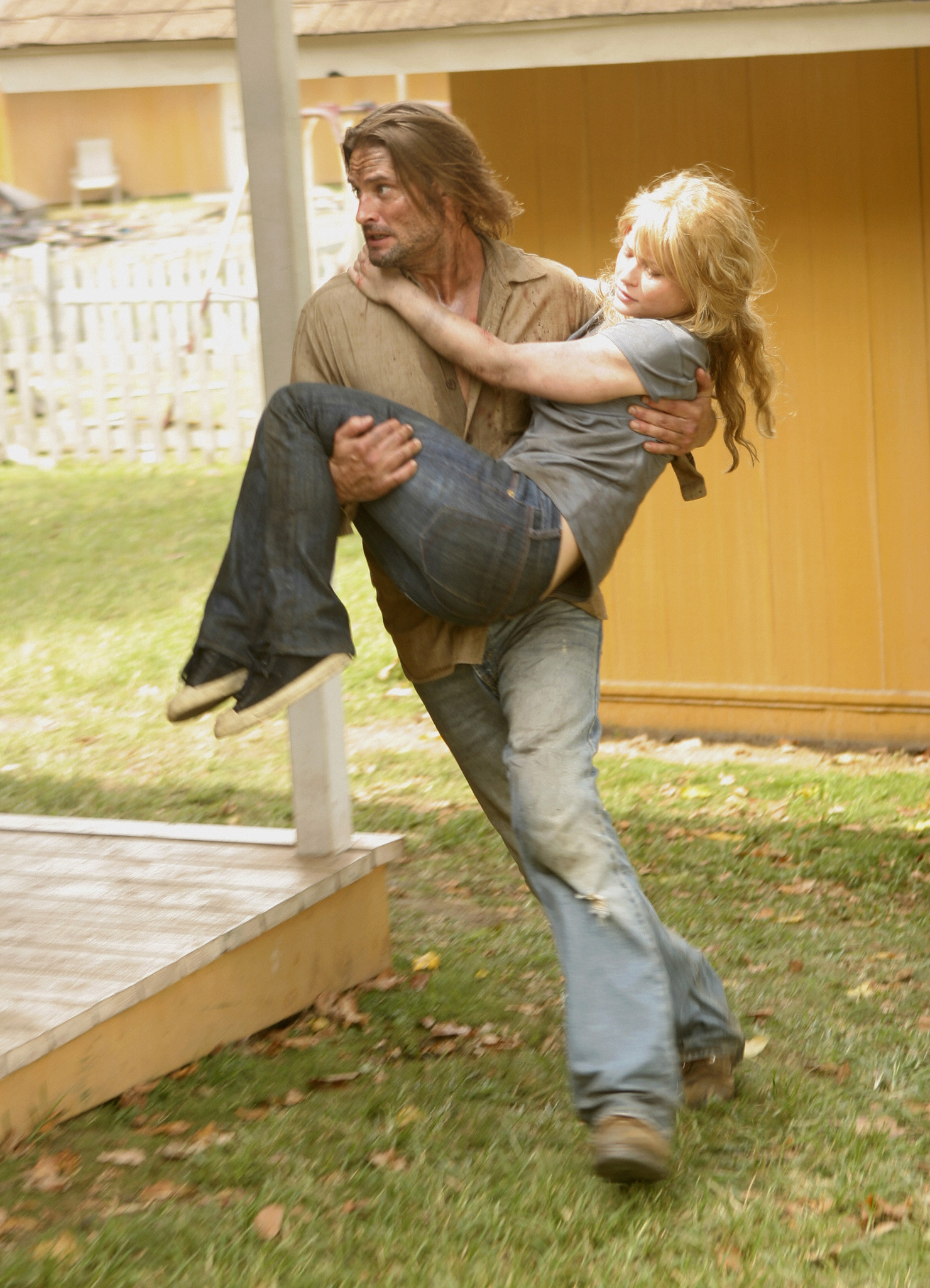 Emilie de Ravin and Josh Holloway in Lost (2004)