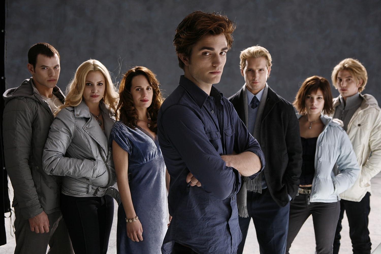 Peter Facinelli, Elizabeth Reaser, Nikki Reed, Robert Pattinson, Kellan Lutz, Jackson Rathbone, and Ashley Greene in Twilight (2008)
