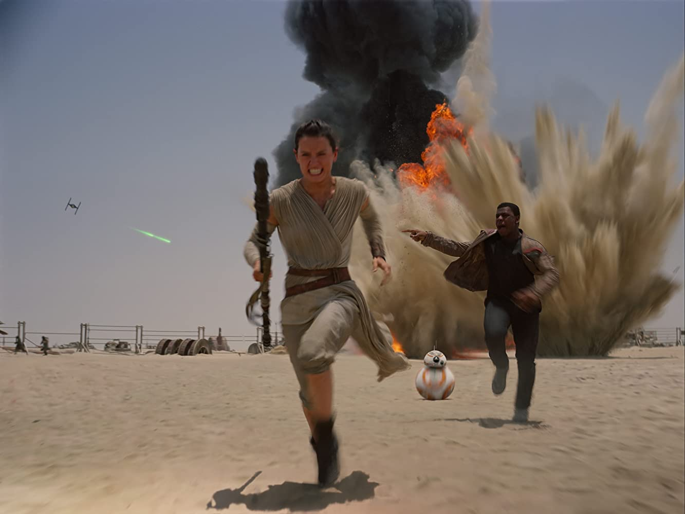 John Boyega and Daisy Ridley in Star Wars: Episode VII - The Force Awakens (2015)