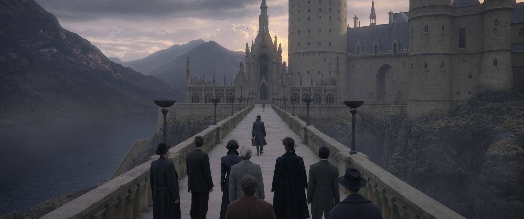 Jude Law, Dan Fogler, Eddie Redmayne, Katherine Waterston, Claudia Kim, and Callum Turner in Fantastic Beasts: The Crimes of Grindelwald (2018)