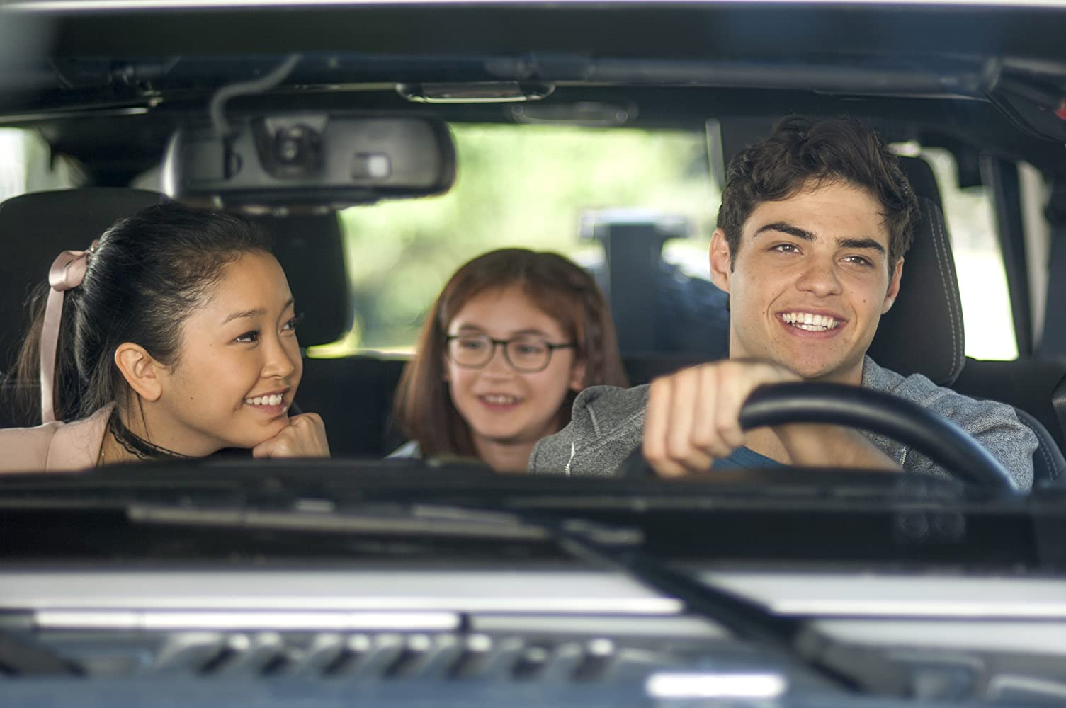 Noah Centineo,Lana Condor y Anna Cathcart en 'To All the Boys I've Loved Before'.-