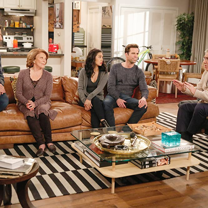 Elliott Gould, Mark Feuerstein, Liza Lapira, Linda Lavin, and David Walton in 9JKL (2017)
