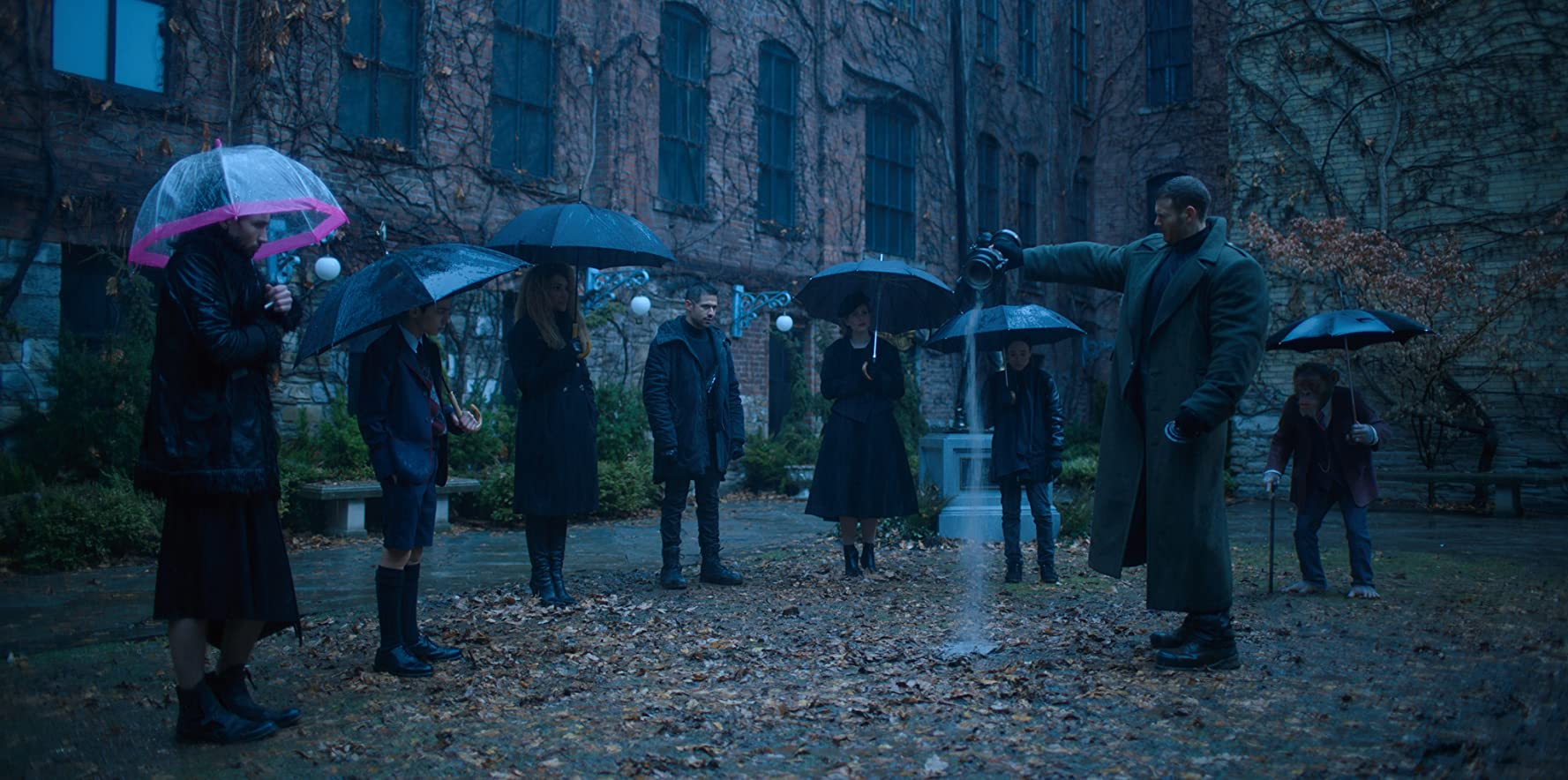 Adam Godley, Ellen Page, Robert Sheehan, Tom Hopper, David Castañeda, Aidan Gallagher, Jordan Claire Robbins, and Emmy Raver-Lampman in The Umbrella Academy (2019)