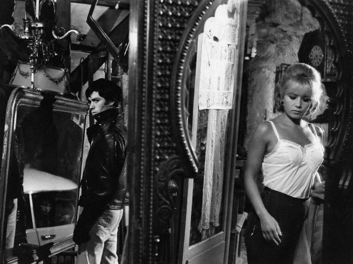Pierre Clémenti and Sophie Daumier in Cent briques et des tuiles (1965)