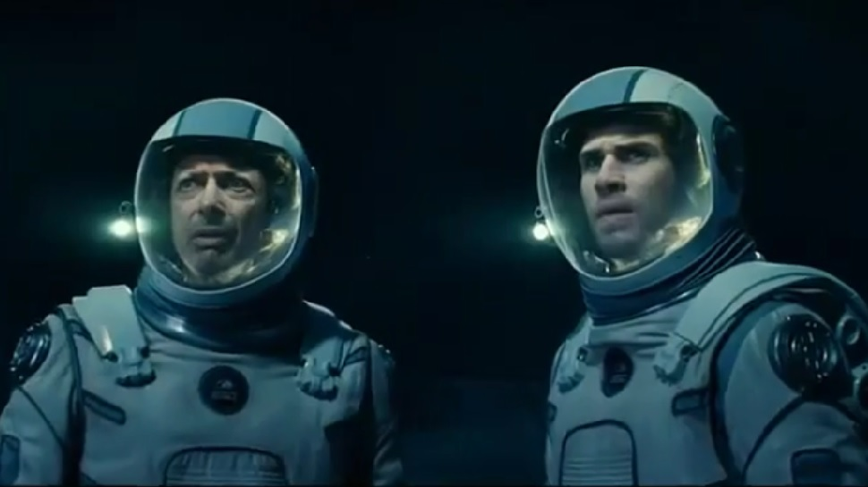Jeff Goldblum and Liam Hemsworth in Independence Day: Resurgence (2016)