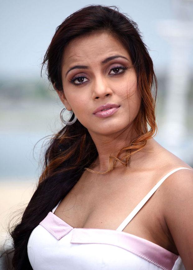 Neetu Chandra in Theeradha Vilaiyattu Pillai (2010)
