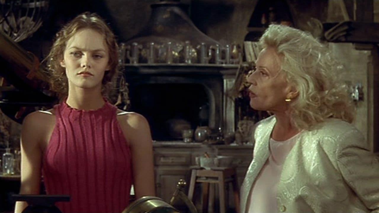 Jeanne Moreau and Vanessa Paradis in Un amour de sorcière (1997)