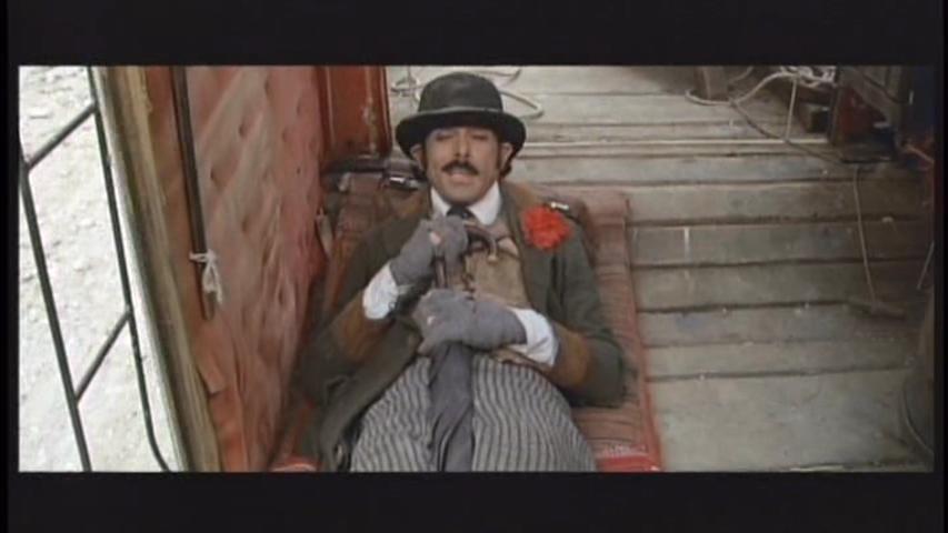 Tomas Milian in La vita, a volte, è molto dura, vero Provvidenza? (1972)