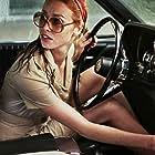 Freya Mavor in La dame dans l'auto avec des lunettes et un fusil (2015)