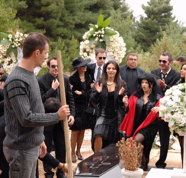 Panayiota Vlanti, Rania Papadakou, Hristos Tripodis, Nikos Nikas, and Fay Tzima in Mavra mesanyhta (2008)