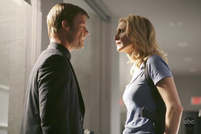 Joel Gretsch and Elizabeth Mitchell in V (2009)