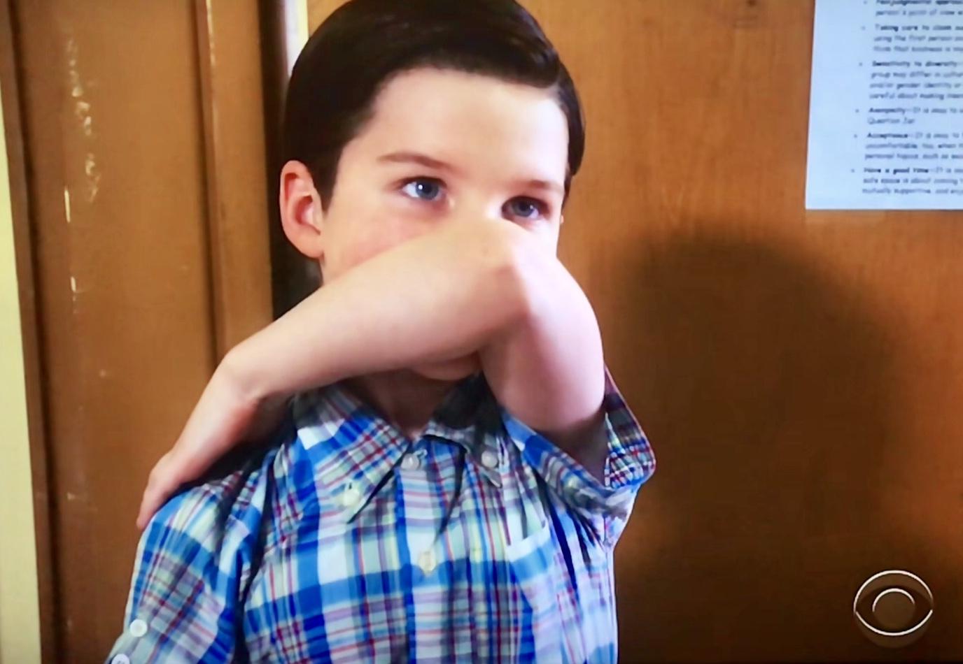 Joven Sheldon 1×13 – Un estornudo, detención y Sissy Spacek