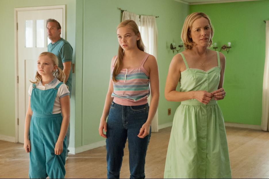 Kevin Costner, Maria Bello, Morgan Saylor, and Elsie Fisher in McFarland, USA (2015)
