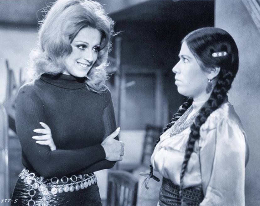 Anel and María Elena Velasco in Tonta tonta pero no tanto (1972)