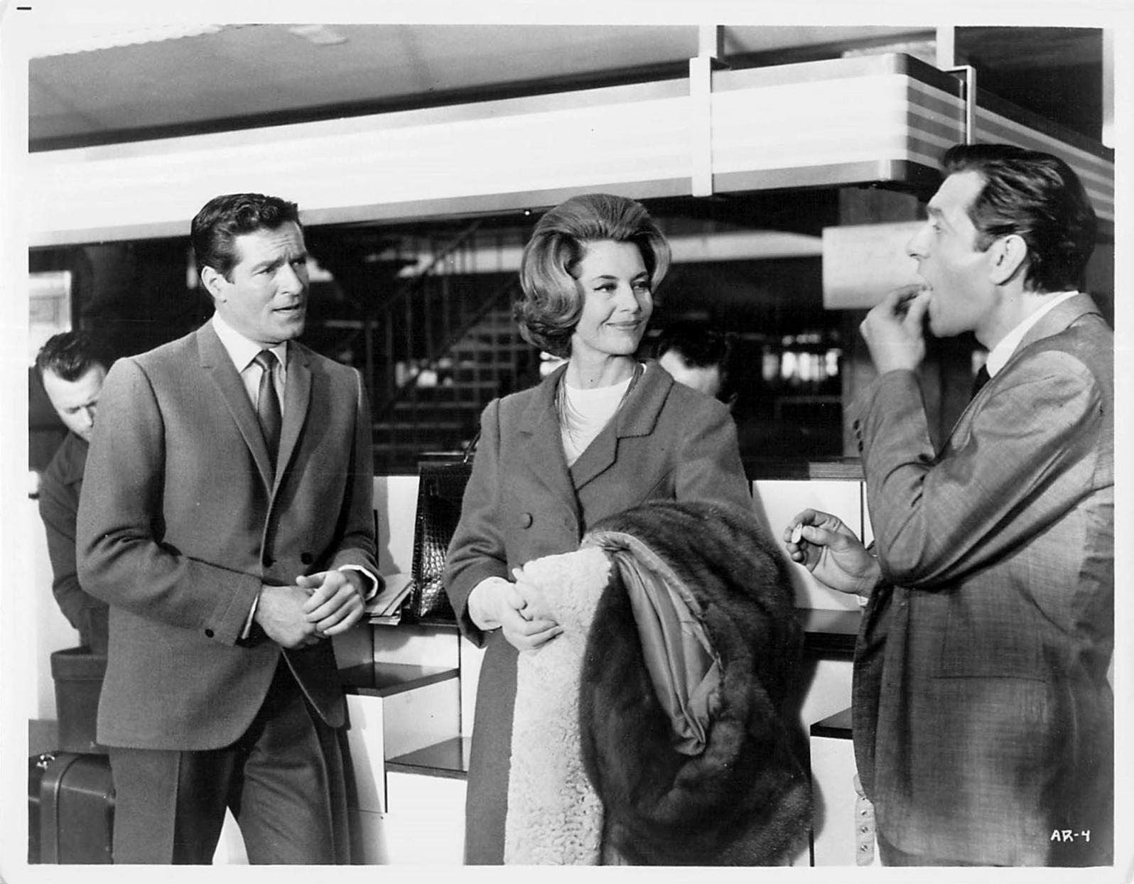 Cyd Charisse, Mario Feliciani, and Hugh O'Brian in Il segreto del vestito rosso (1965)