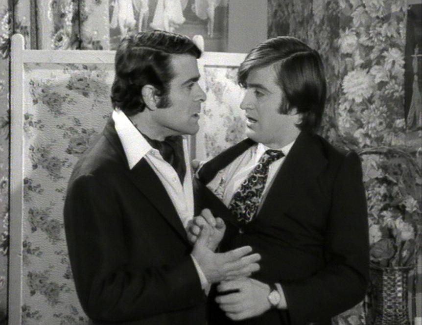 Giorgos Papazisis and Sotiris Tzevelekos in O Manolios xanahtypa (1971)