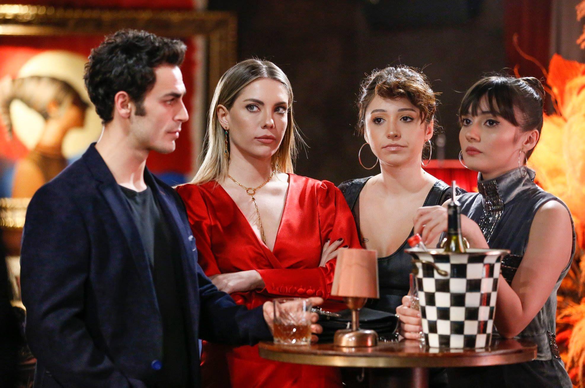 Sevda Erginci, Eda Ece, Zeynep Bastik, and Erdem Kaynarca in Yasak Elma (2018)