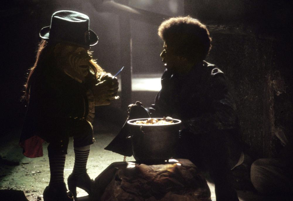 Warwick Davis and Barima McKnight in Leprechaun in the Hood (2000)