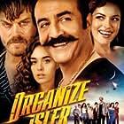 Yilmaz Erdogan, Ezgi Mola, Kivanç Tatlitug, and Bensu Soral in Organize Isler: Sazan Sarmali (2019)
