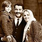 Kenan Imirzalioglu, Tugçe Kazaz, and Taha Yusuf Tan in Uzun Hikâye (2012)