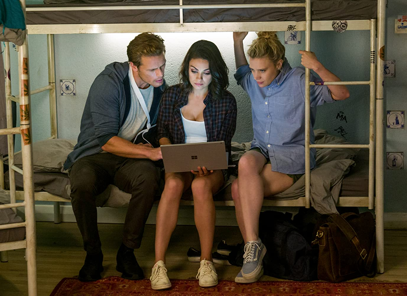meu ex é um espião crítica Mila Kunis, Kate McKinnon, and Sam Heughan in The Spy Who Dumped Me (2018)