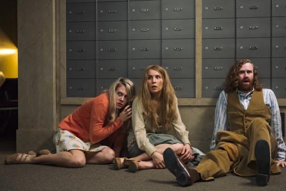 Noomi Rapace, Mark Rendall, dan Bea Santos dalam film Stockholm (2018)