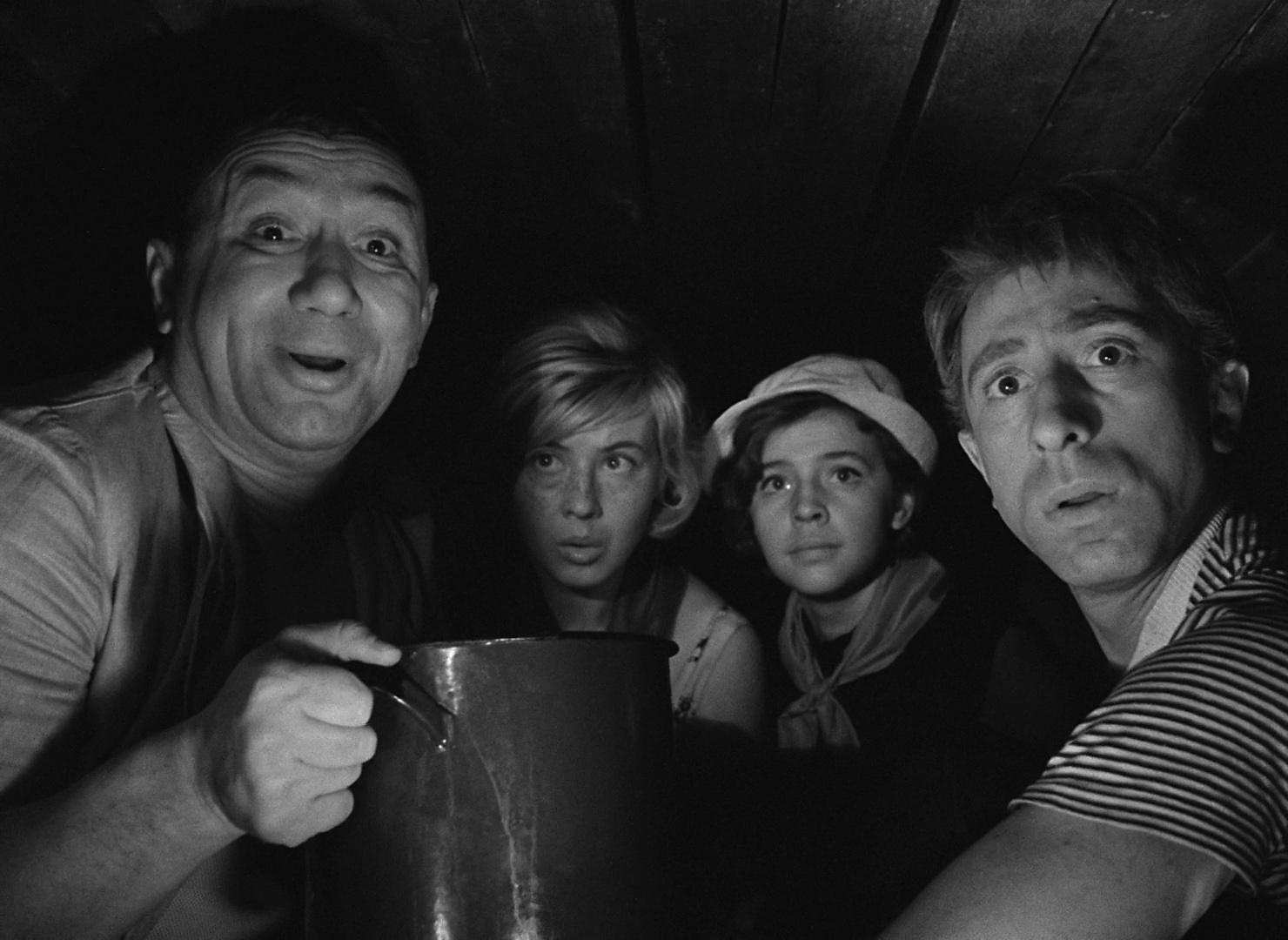Arina Aleynikova, Ilya Rutberg, Nina Shatskaya, and Aleksei Smirnov in Dobro pozhalovat, ili Postoronnim vkhod vospreshchen (1964)