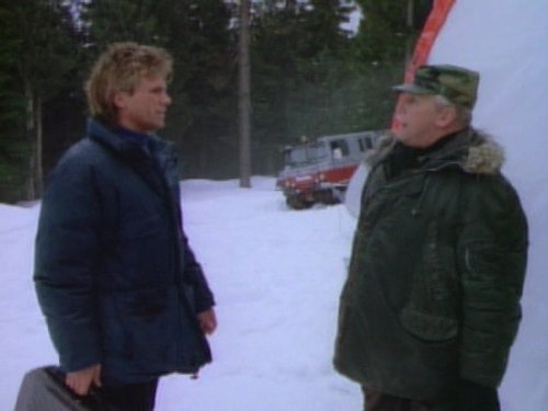 Richard Dean Anderson and Lee Patterson in MacGyver (1985)
