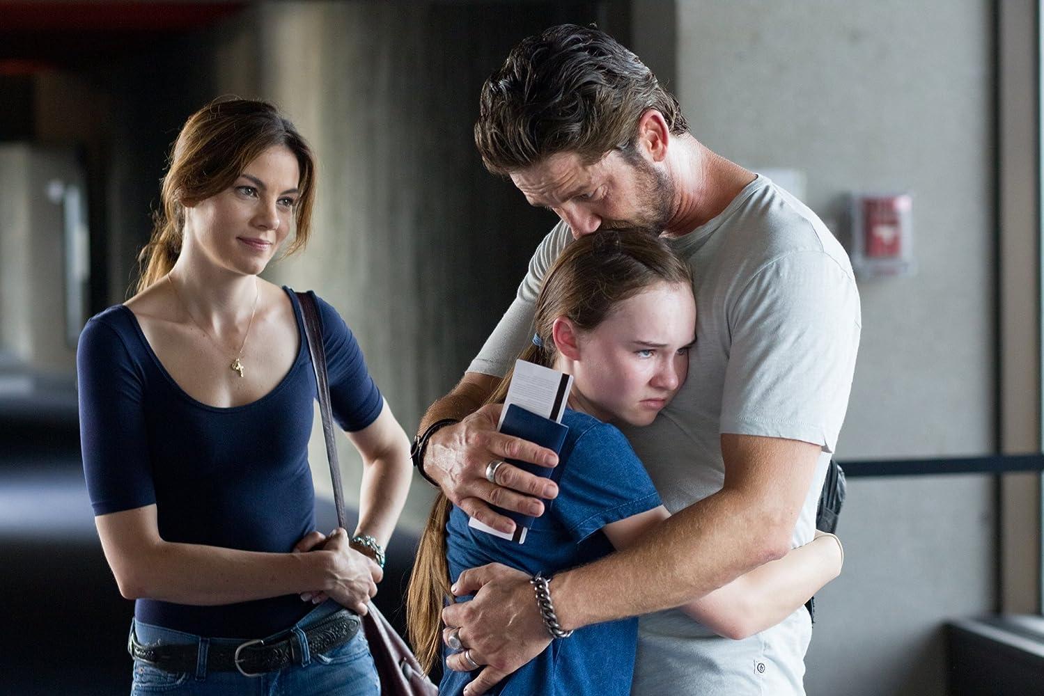 Gerard Butler, Michelle Monaghan, dan Madeline Carroll dalam Machine Gun Preacher (2011)
