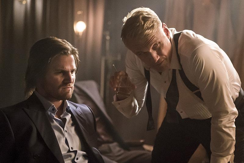 Dolph Lundgren dan Stephen Amell dalam Arrow (2012)