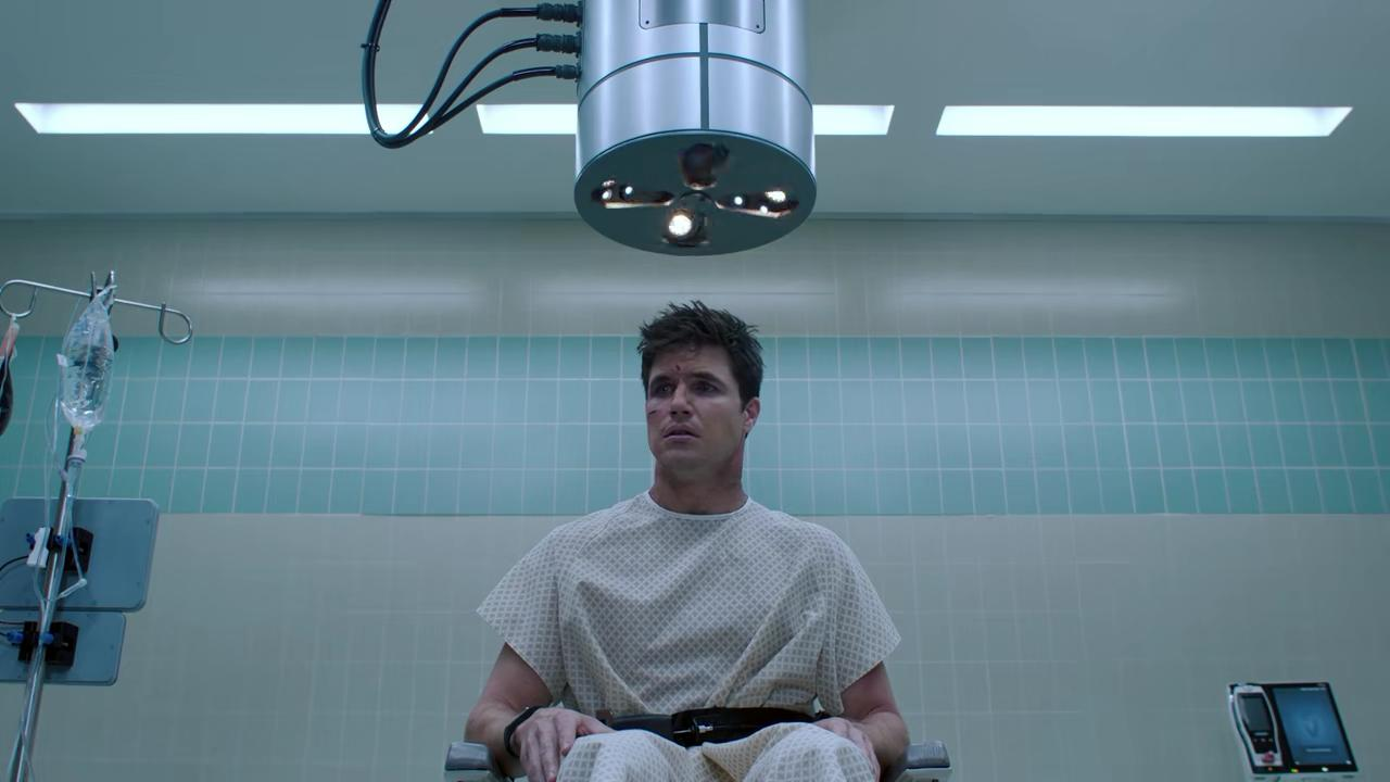 Robbie Amell in Upload (2020)