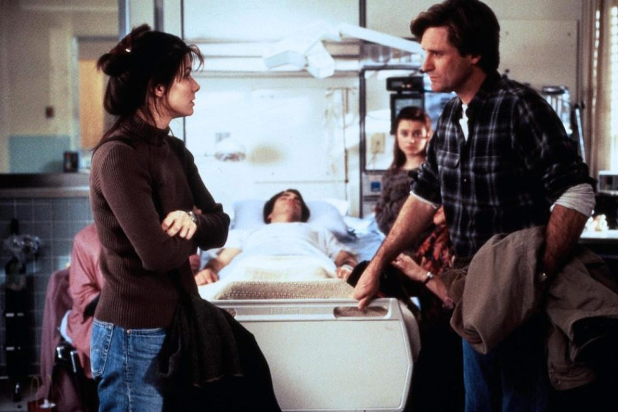 Sandra Bullock, Bill Pullman, Peter Gallagher, and Monica Keena in While You Were Sleeping (1995)