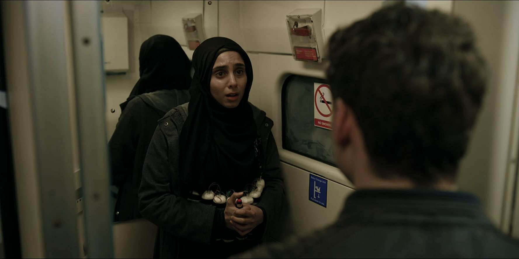 guardaespaldas ayudando atentado bomba