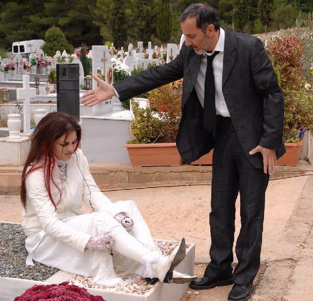 Stelios Mainas and Youlika Skafida in Mavra mesanyhta (2008)