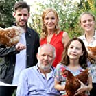Katja Flint, Axel Milberg, Anke Retzlaff, Martin Aselmann, and Salome Ridder in Liebling, lass die Hühner frei (2017)