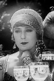 Jeanne Helbling in La glace à trois faces (1927)